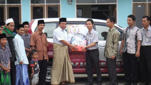 Sebagai bentuk CSR, customer service LG Electronics Indonesia diwakili SVC Head Bandung Bpk Helmi Efendi menyerahkan donasi berupa perlengkapan sanitasi dan fogging kepada Yayasan Panti Asuhan Anak Saleh, Bandung.